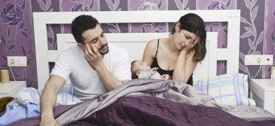 padres-con-bebe-cama-p