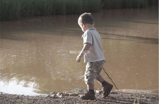 tener un hijo único hijos únicos ser hijo único niño jugando solo soledad individualismo egoísmo familia